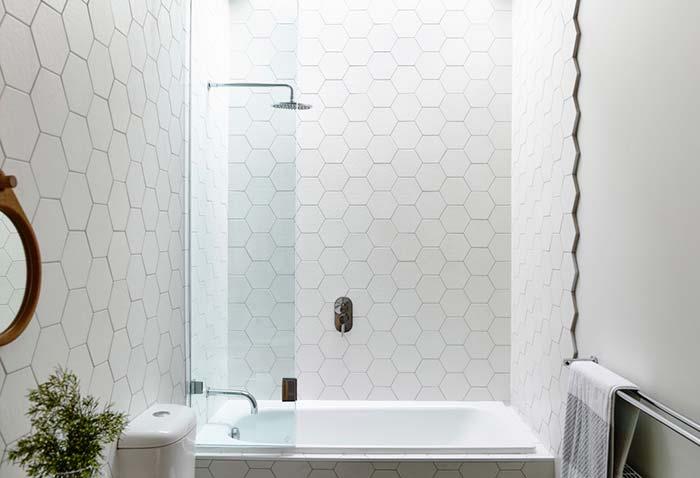 Decoração clean com azulejo hexagonal e banheira.