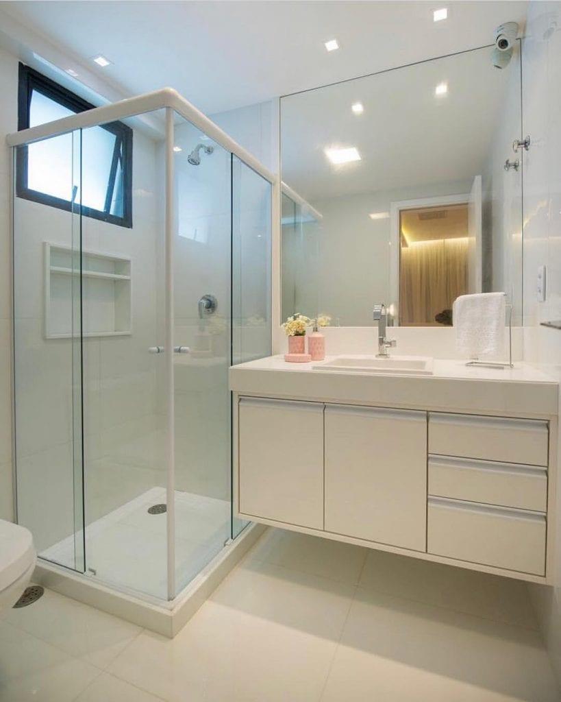 Decoração branca com armário simples.
