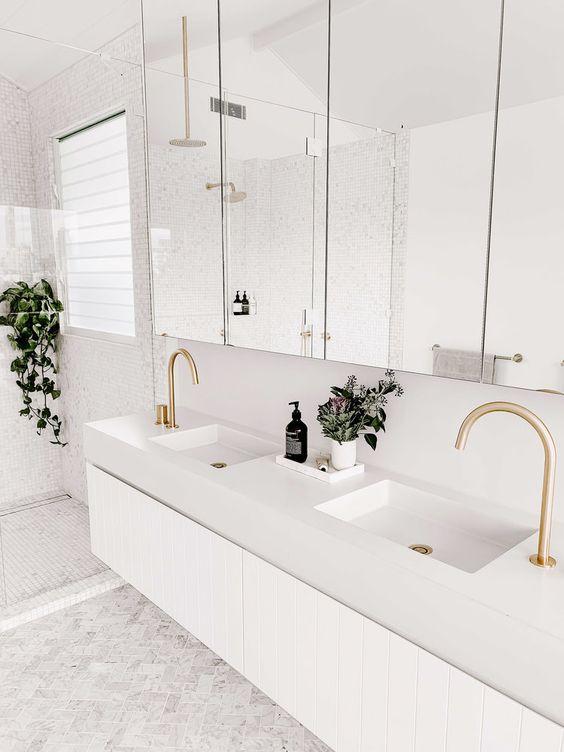 Decoração branca com bancada dupla e armário com linhas retas.