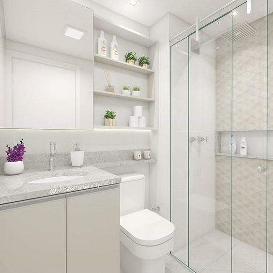 Decoração simples com armário branco.