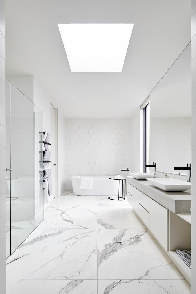 Decoração luxuosa e minimalista com metais pretos e piso de porcelanato.