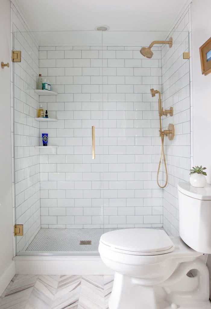 Decoração tumblr com metais dourados e azulejo de tijolinho branco.
