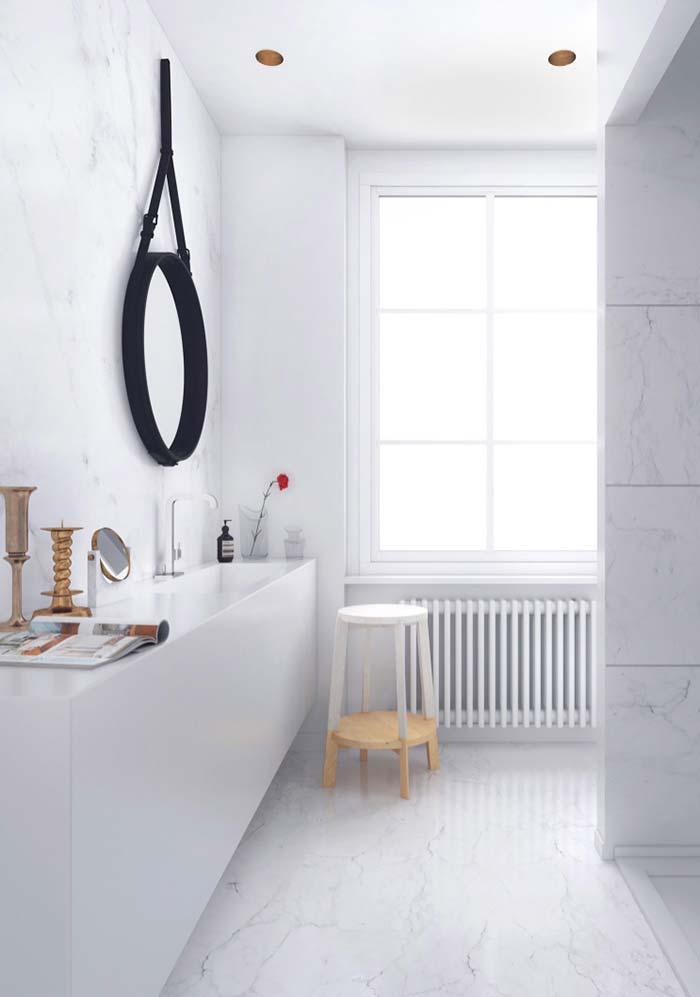 Decoração moderna com espelho redondo com moldura preta.