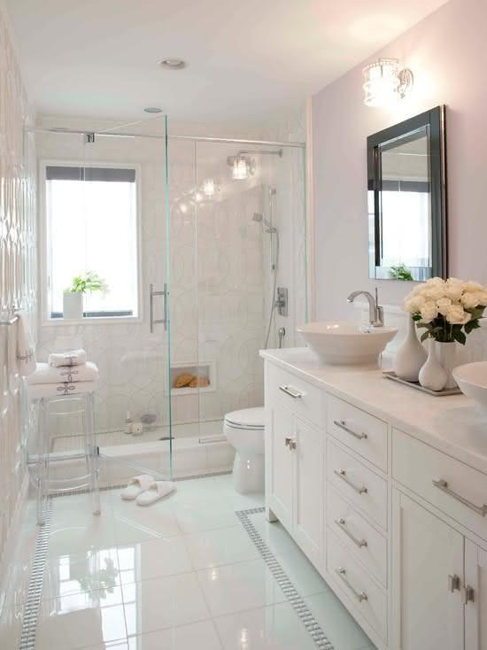 Decoração clean com armário branco e clássico.
