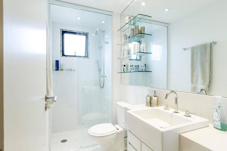 Banheiro branco simples.