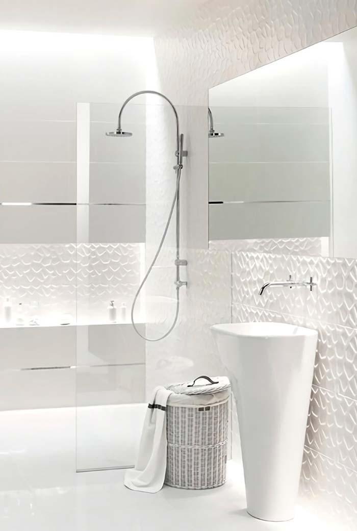 Banheiro branco moderno com azulejo tridimensional.