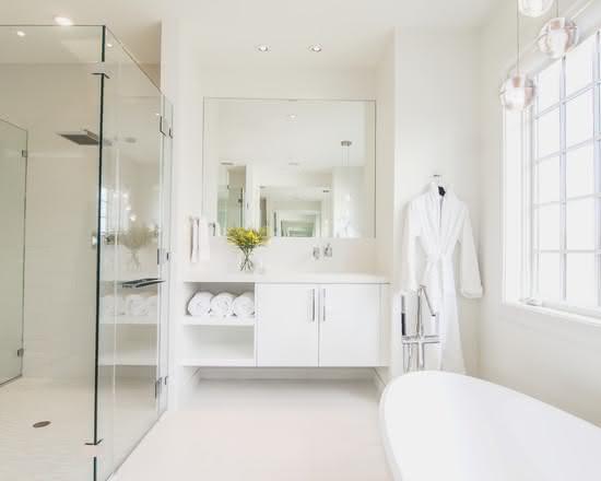 Banheiro branco com banheira.