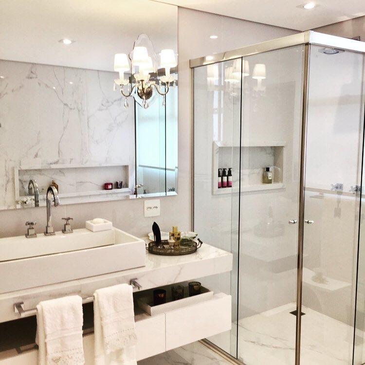 Banheiro branco luxuoso e pequeno.