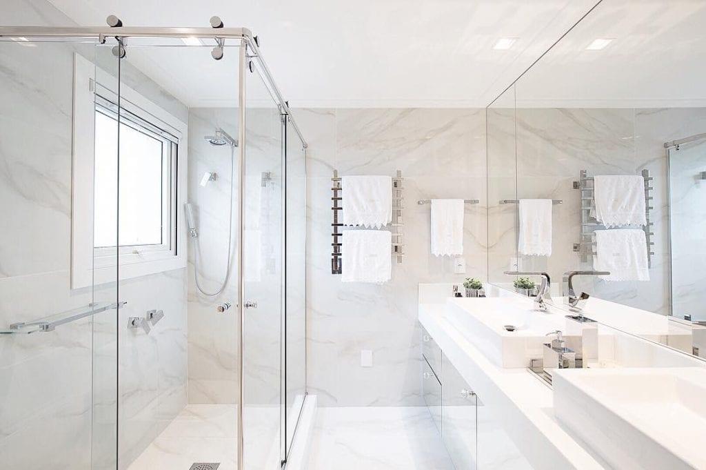 Banheiro branco com porcelanato.