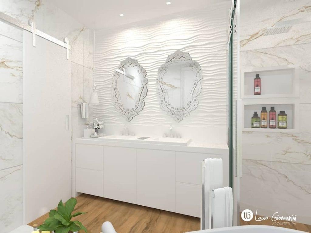 Banheiro branco com espelho decorado e piso que imita madeira.