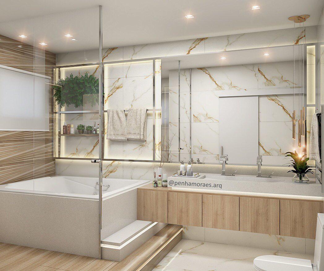 Banheiro branco luxuoso com piso com revestimento que imita madeira.