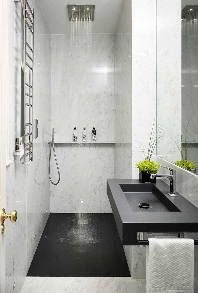 Banheiro branco e preto moderno com pia esculpida e ducha.