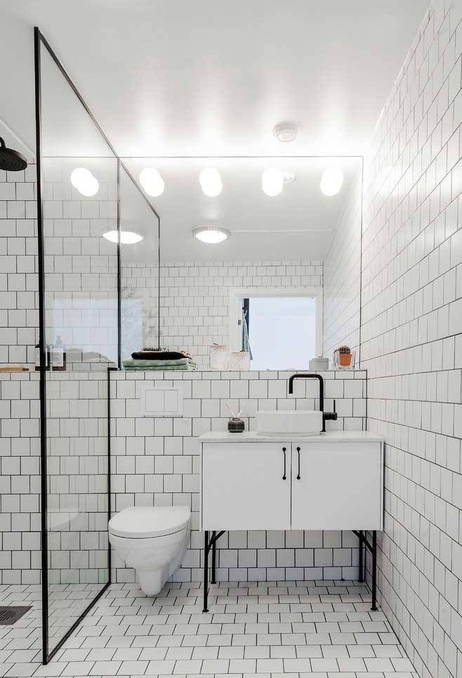 Banheiro branco e preto com azulejo metro white.
