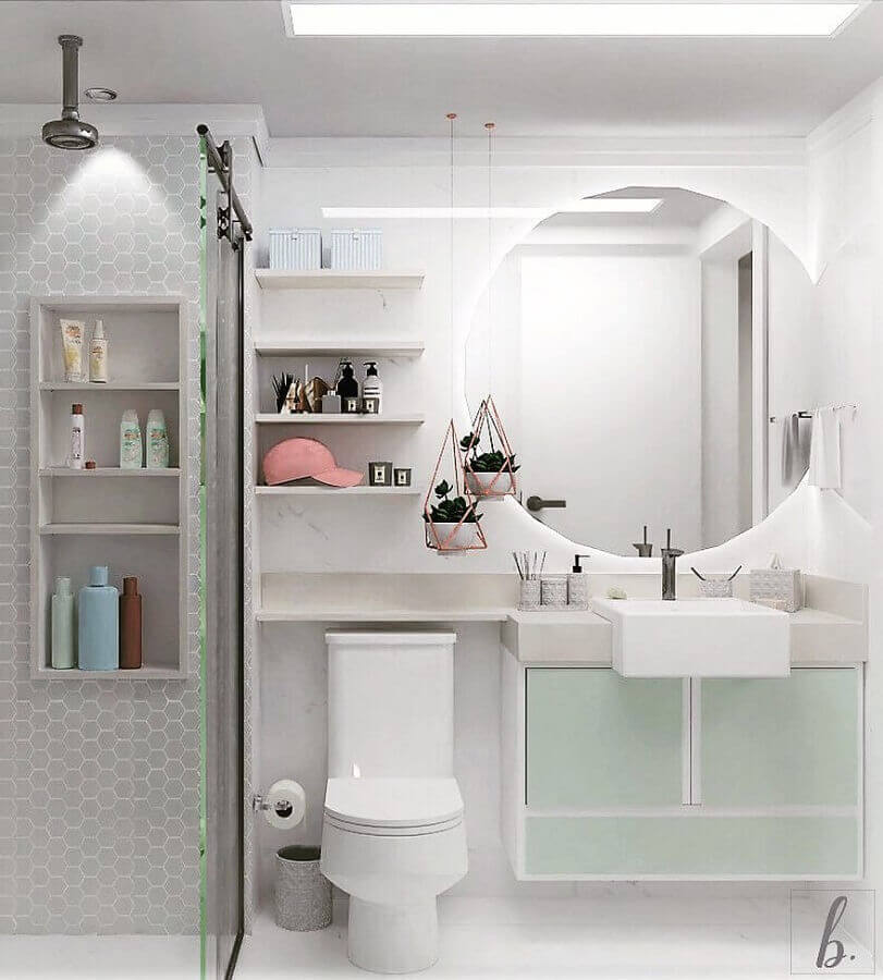Banheiro branco e cinza pequeno e simples.