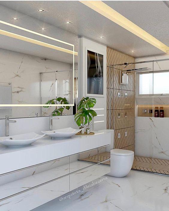 Banheiro branco luxuoso com azulejo de tijolinho bege.