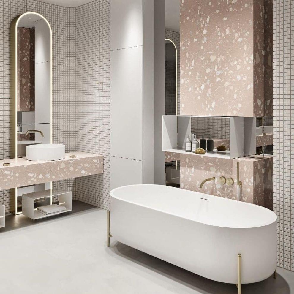 Banheiro branco luxuoso com bancada de porcelanato e banheira.