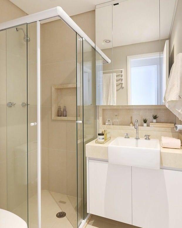 Banheiro branco pequeno e simples.