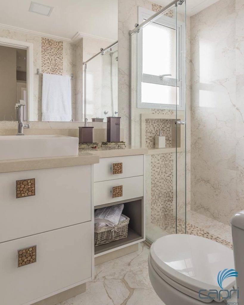 Banheiro branco com pastilha de cerâmica bege.