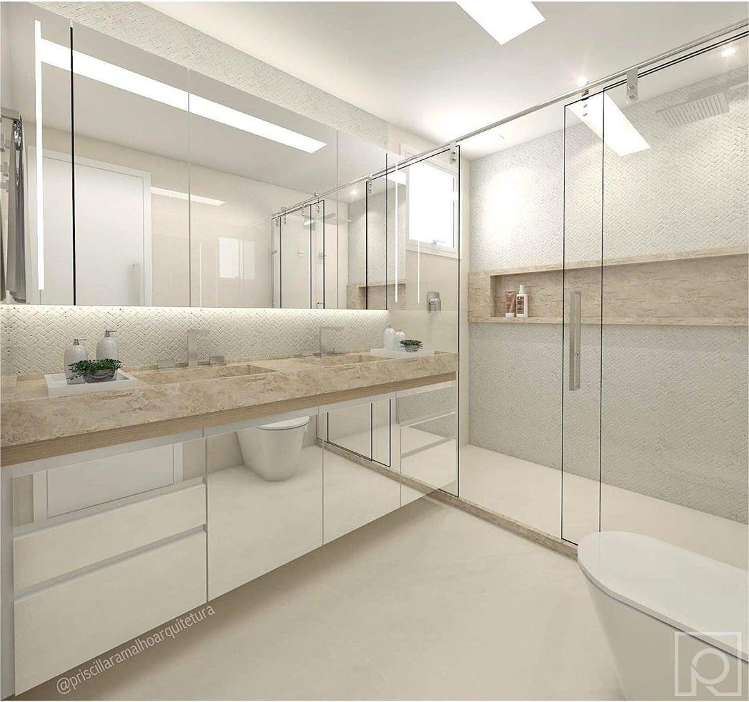 Banheiro branco luxuoso com bancada dupla bege e armário espelhado.