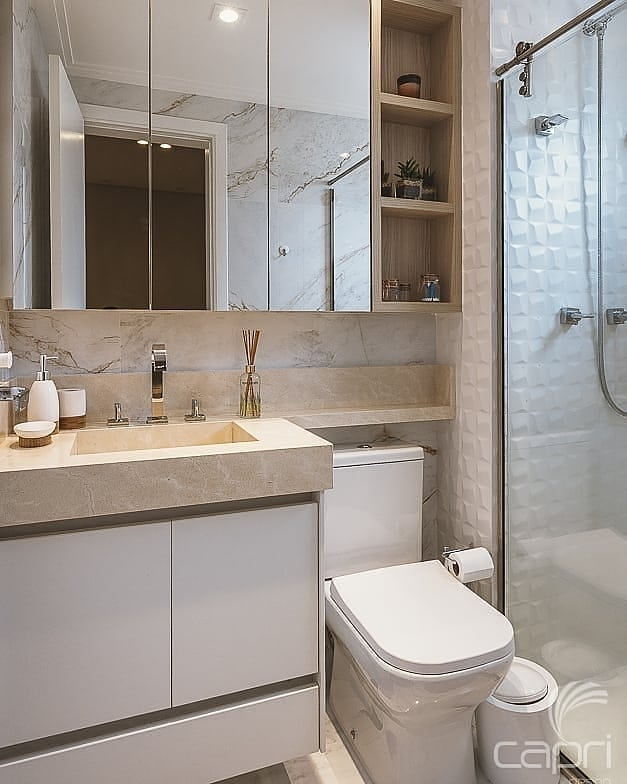 Banheiro branco com pia esculpida bege e azulejo tridimensional.
