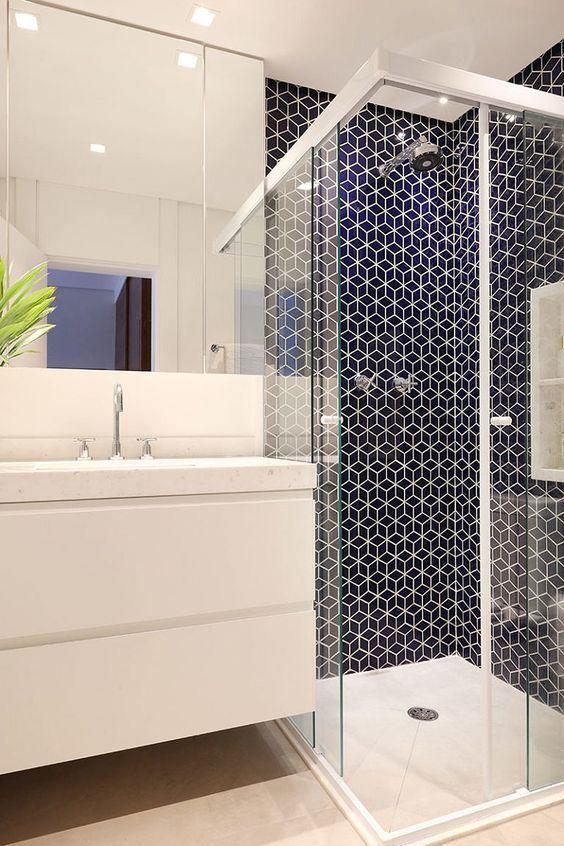 banheiro com box de vidro e alumínio
