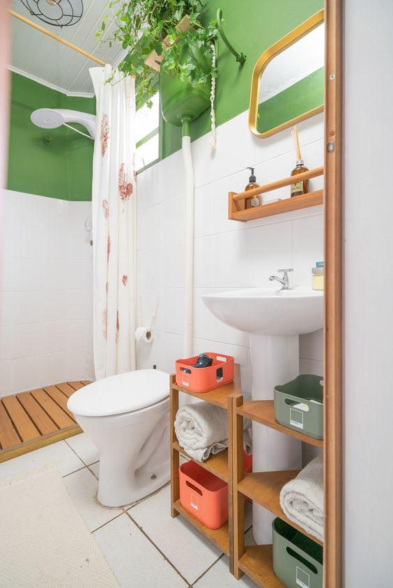 banheiro verde e branco simples com cortina