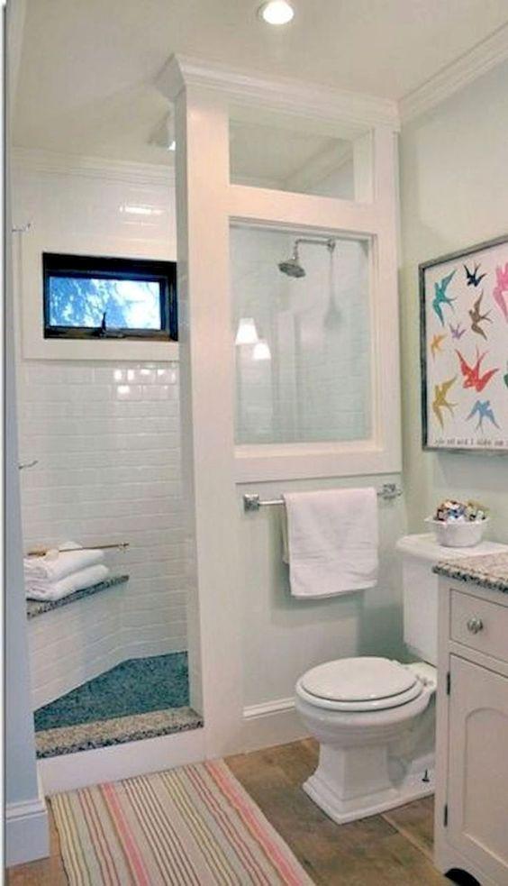 banheiro com parede e vidro