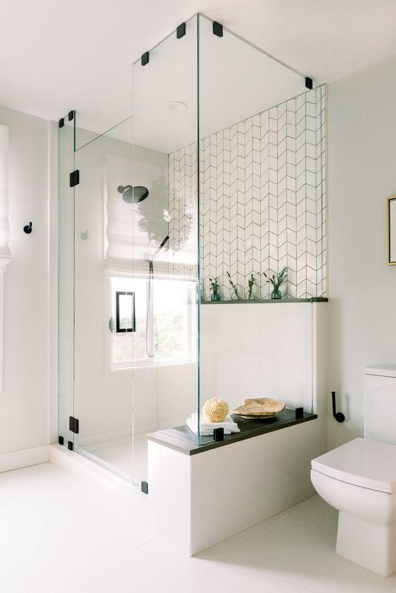 banheiro com box de vidro inteiro