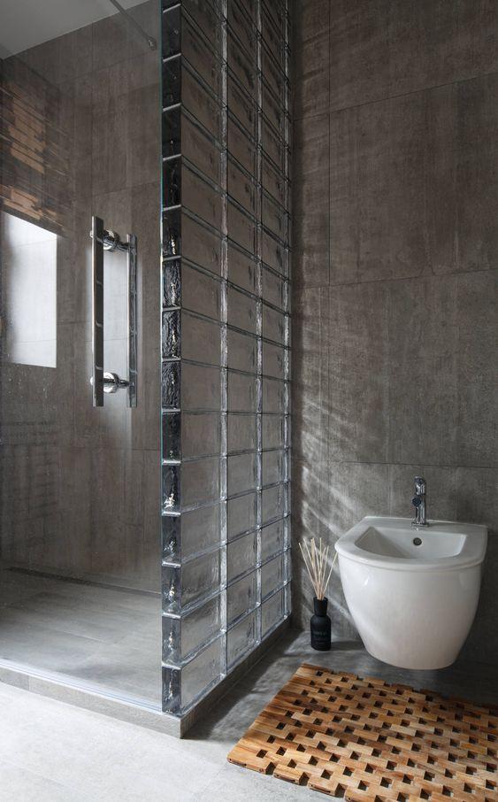 parede de banheiro com bloco de vidro