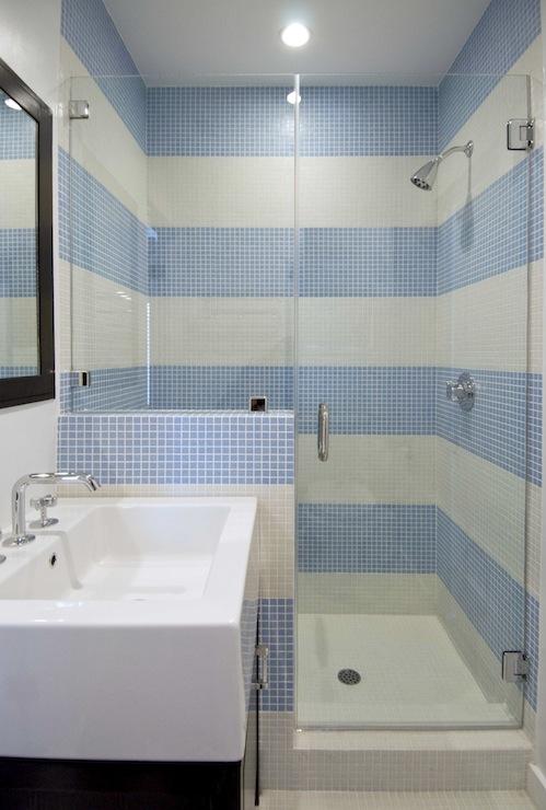banheiro com porta de vidro