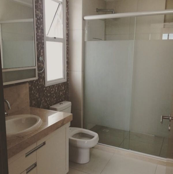 banheiro com box de vidro jateado