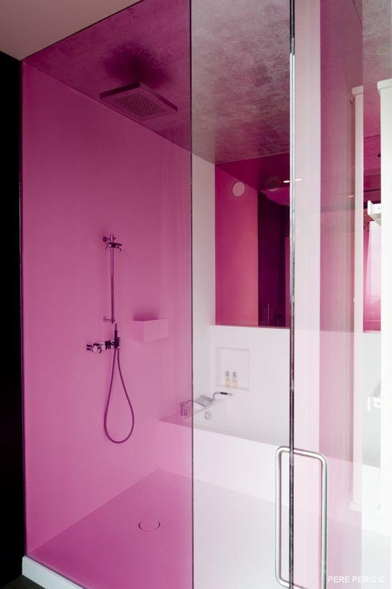 banheiro com box de acrílico rosa
