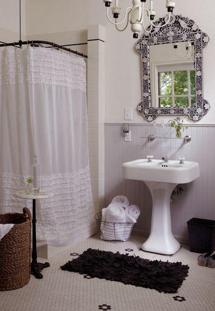 banheiro branco com cortina trabalhada
