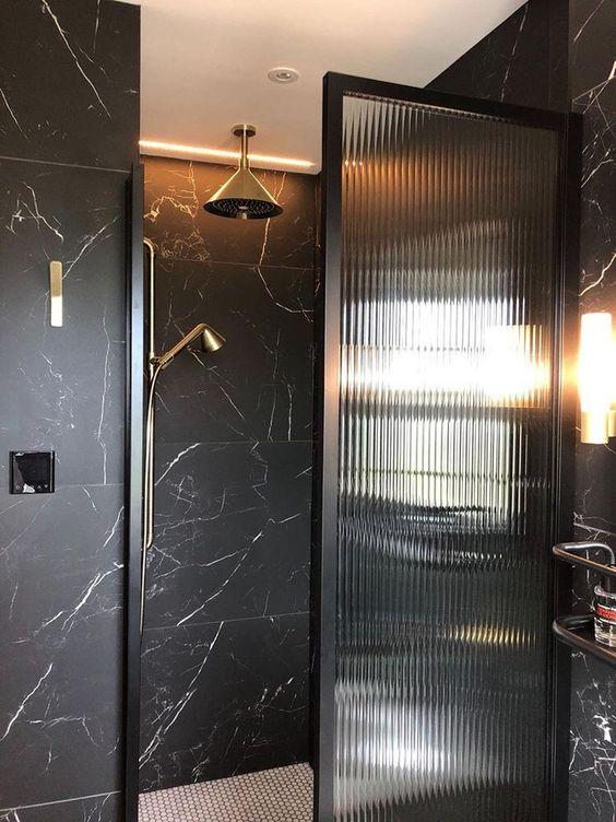 box de banheiro com vidro canelado