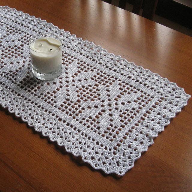 Caminho de mesa de crochê simples branco.