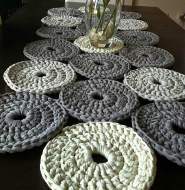 Caminho de mesa de crochê com fio de malha.