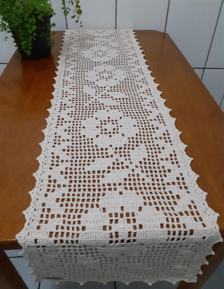 Caminho de mesa de crochê filé branco.
