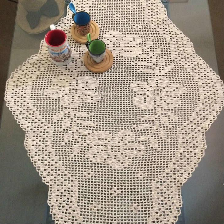 Caminho de mesa de crochê de barbante.