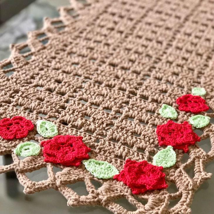 Caminho de mesa de crochê marrom com flores.