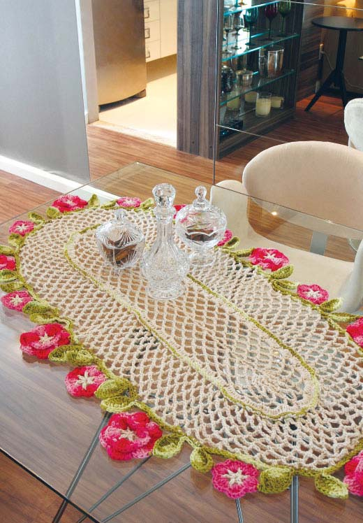 Caminho de mesa de crochê com bico de flor.