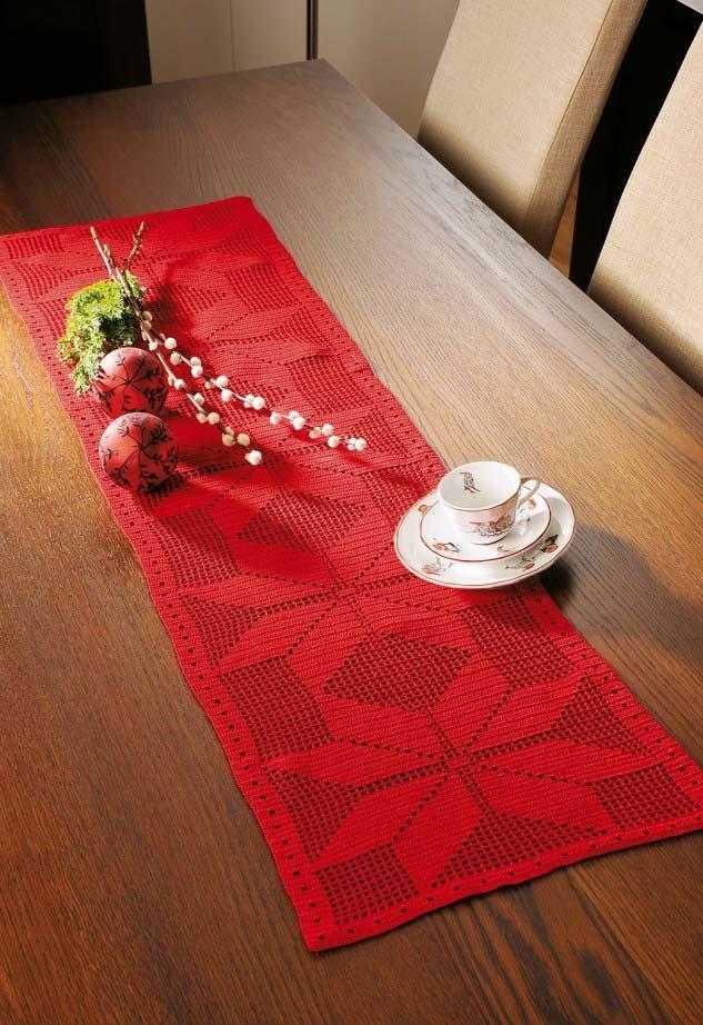 Mesa de madeira com caminho de mesa vermelho.