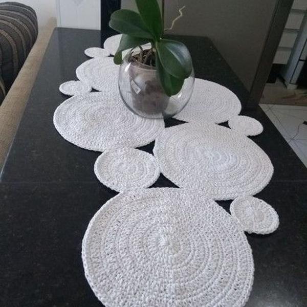 Bancada com decoração branca com desenho redondo.
