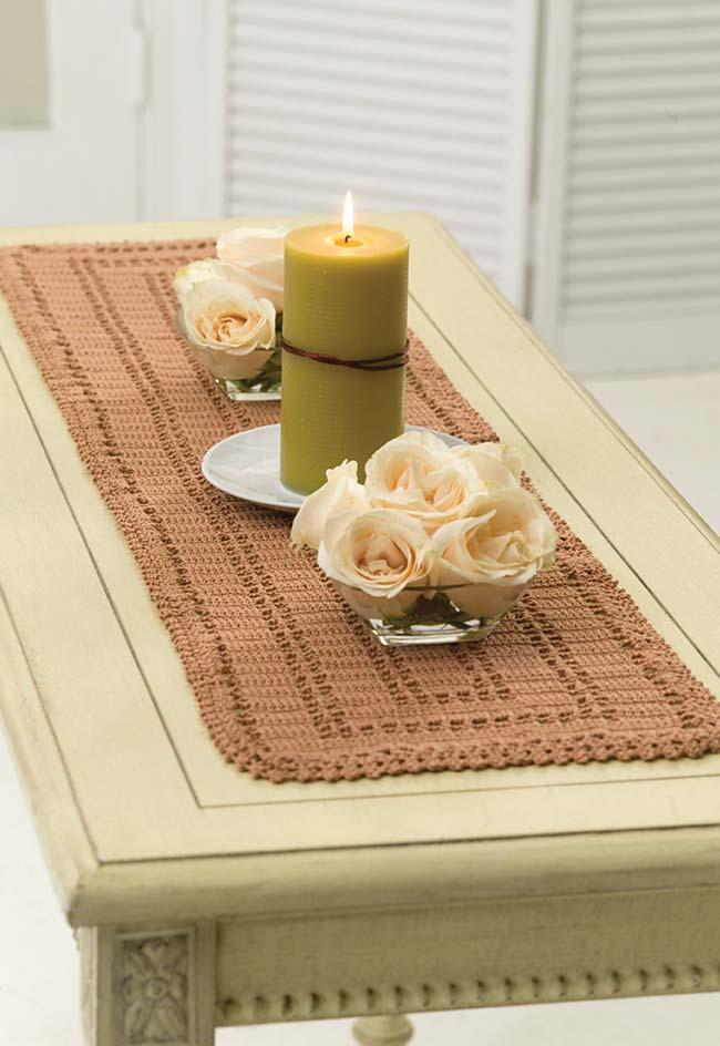 Caminho de mesa de crochê marrom.