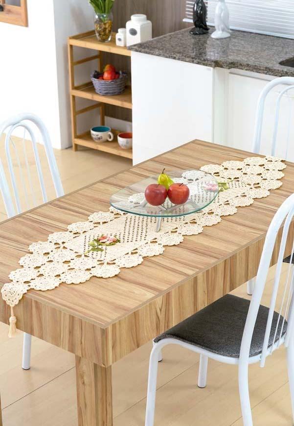 Caminho de mesa de crochê com bico floral.