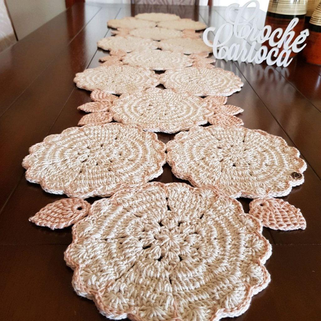 Caminho de mesa de crochê com formato de flor.