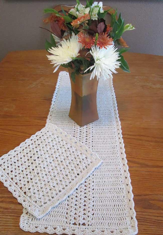 Caminho de mesa de crochê branca e simples.
