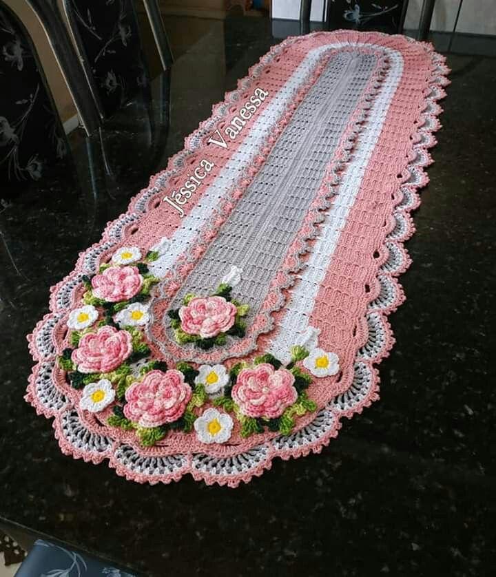 Mesa com decoração rosa e branca com flores.