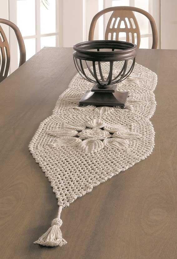 Caminho de mesa de crochê simples e branca.
