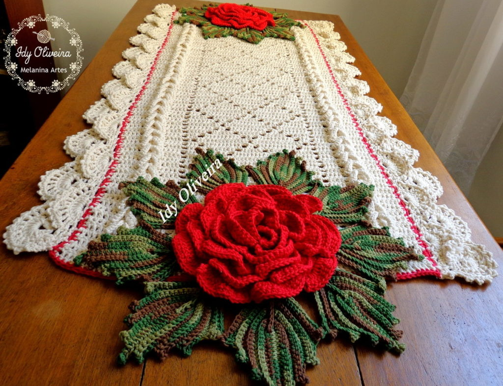 Mesa com decoração branca com detalhes em flor.