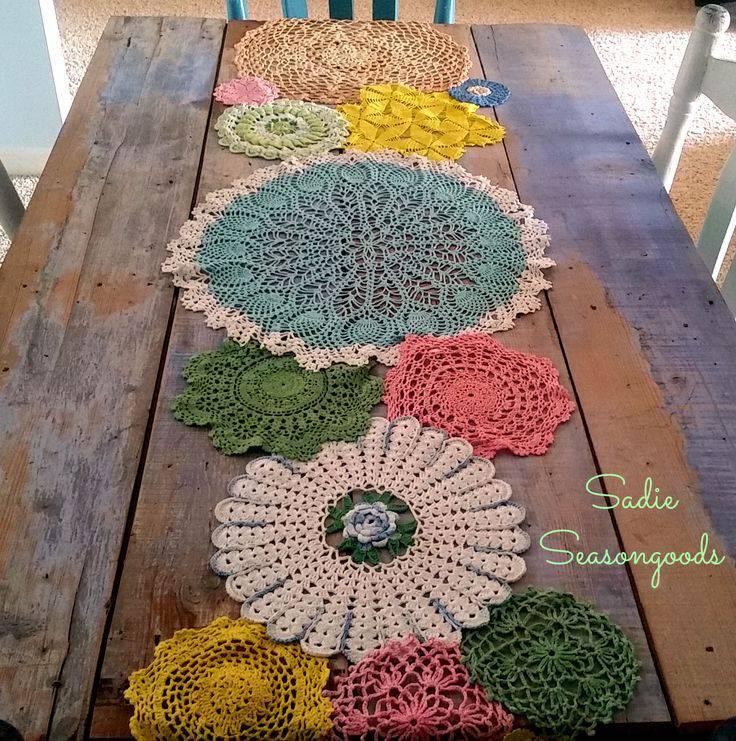 Mesa com decoração colorida com desenhos em círculos.